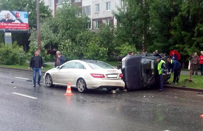 ВПерми ВАЗ перевернулся при столкновении сMercedes
