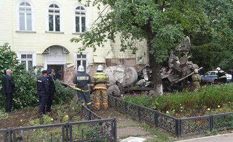 ВПермской области шофёр цементовоза врезался вдом и умер