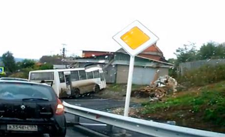 ВПермском крае автобус наполном ходу влетел в дом