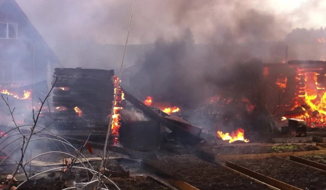 ВПермском районе из-за сильного ветра пожар уничтожил дачу и 4  бани