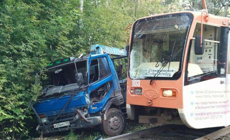 Наулице Крисанова столкнулись трамвай и фургон, есть пострадавшие