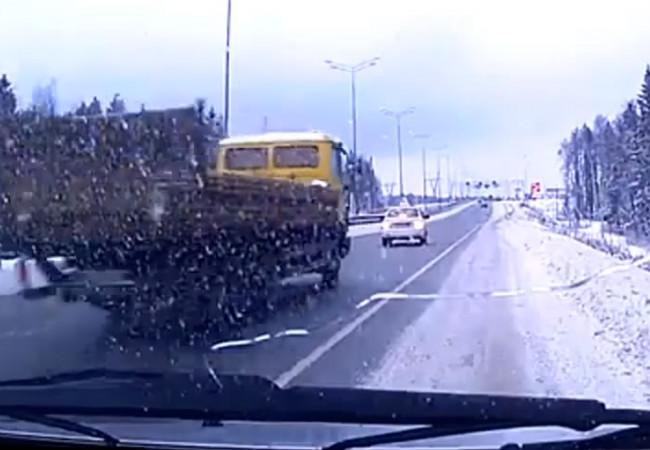 НаВосточном обходе Перми грузовой автомобиль протаранил такси