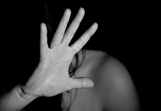 ВПерми мужчина притащил соседку заволосы домой иизнасиловал