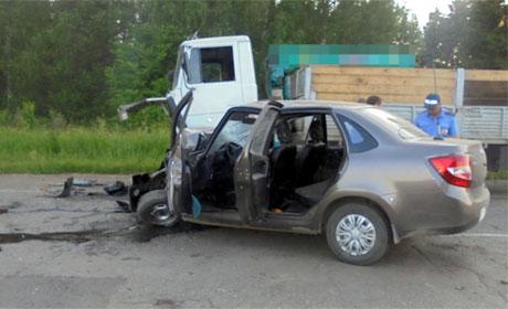 Три человека пострадали при столкновении грузовика и легковушки ДТП.