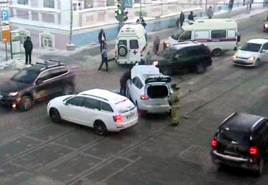 Вцентре Перми иностранная машина искорая столкнулись натрамвайных путях