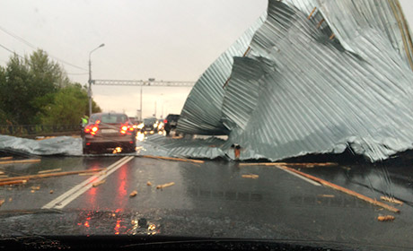 ВПерми шторм сорвал железную крышу изакинул еенаКоммунальный мост